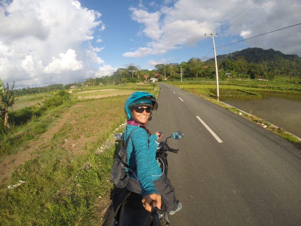 Endonezya Tana Toraja' da motosiklet sürmek ayrı bir keyif